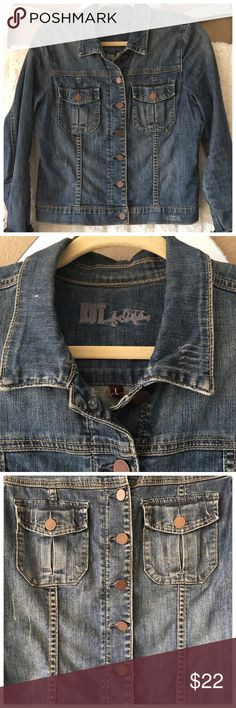 """KUT from the Kloth Denim Jean Jacket Size Large Kut from the Kloth Denim jean jacket size large. Measures 19"""" from arm pit to arm pit and 21 1/2"""" shoulder to hem. Measures 17"""" across the bottom hem buttoned lying flat, measures 25"""" shoulder seam to bottom cuff of sleeve. 98 percent cotton, 2 percent spandex. Kut from the Kloth Jackets & Coats Jean Jackets"""