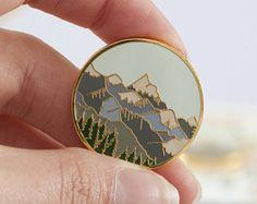 Montagnes Enamel Pin   Pin Badge   Broche émail dur   Or émail épinglette   Pin de montagne   Scène de montagne   Wilderness Explorateur Pin