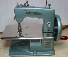 Vintage Toy Sewing Machine Brother, it's gorgeous !!