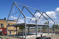 Staalframe constructies worden niet vaak voor woningen toegepast. De vloeren bestaan uit staalplaten met daarop een laag beton gestort. De wandinvulling is van een glazen pui of van metalen sandwichpanelen. Aan de binnenzijde kunnen deze eruit zien als stucwerk. Lofthome (foto) is een goed voorbeeld van deze methode.