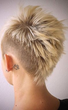Another view of that fierce women's mohawk, from @lion_among_wolves. An amazing fade haircut for women!