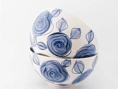 Borden - Large bowl Delft blue roses - Een uniek product van DeEersteKeramiekKamer op DaWanda