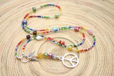 wieder eine ausgefallene Bettelkette ...  hippie-bunt und fröhlich...    aus kunterbunten Glasperlen und Roncailles mit einem Charmring