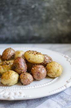 Roasted Baby Potatoes with Herbs Giada De Laurentiis - Site Giada Recipes, Cooking Recipes, Crockpot Recipes, Easy Recipes, Vegetable Dishes, Vegetable Recipes, Roasted Baby Potatoes, Potato Dishes, Potato Recipes