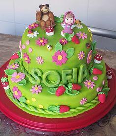 """Torta """"Masha e Orso"""" decorata da Contessi Loretta. Scarica la nostra App e inviaci le tue foto. http://www.italiancakes.it/appsmartphone/"""