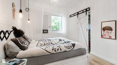 białe łóżko, szara pościel, industrialne lampy, przesuwane drzwi z drewna, białe ściny, białe firany, łapacz snów