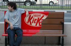 저 남자가 앉아 있는 초콜렛은 먹으면  아마 나무맛이 나긴 할 거야 ^^