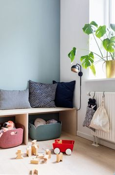 The stylist of Property Magazine brings chaos of toys into the spacious living room . - The property magazine stylist brings toy chaos into the spacious living room Boligmagasine … - Spacious Living Room, Living Room Grey, Home Living Room, Decor Room, Shop Interiors, Dream Decor, Cheap Home Decor, Hygge, Kids Bedroom