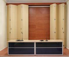 Puertas plegables de gran dimensión en haya blanca barnizada sobre revestimiento de madera de cerezo