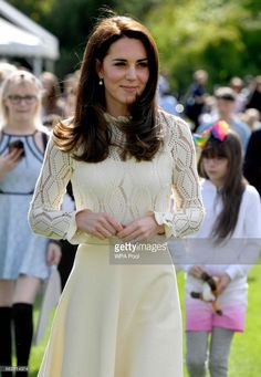 News Photo : Catherine, Duchess of Cambridge is seen as they... Moda Kate Middleton, Looks Kate Middleton, Estilo Kate Middleton, Kate Middleton Outfits, Kate Middleton Prince William, Kate Middleton Photos, Prince William And Kate, William Kate, Queen Kate