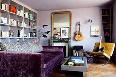 Un salon multicolore aux teintes profondes