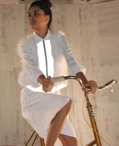Reflective material meets ostrich feathers in the ROAD HOG, Eco White Flash from… Sporty Outfits, Fashion Outfits, Fashion Group, High Fashion, Road Hog, Safety Clothing, Cycle Chic, Bike Style, Cycling Outfit