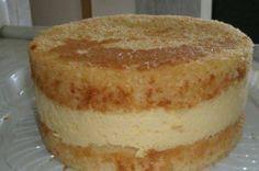 6 ovos - 2 xícaras (chá)(200ml) de açúcar - 3 xícaras (chá)de farinha de trigo - 1 xícara (chá)de leite - 2 colheres sopa) de margarina - 1 colher (sopa) de fermento em pó - 1 colher de café de essência de baunilha - -