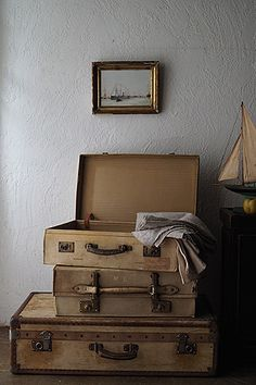 サンドカラー 革のトランク-antique pigskin trunk A journey into the past-ピンタレストのカテゴリーから、心滲みる言葉。船舶、汽車の長旅に身の回りの品を運んだ幾多の名残り、便利さからかけ離れた多くの贅沢な時間を費やした空気が詰まっている気が。「British made」の意の刻印を刻む真鍮金具も強く美しい。