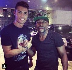 Cristiano Ronaldo prend la pose avec Floyd Mayweather - http://www.actusports.fr/113839/cristiano-ronaldo-prend-pose-floyd-mayweather/