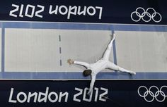 South Korea's Jinsun Jung celebrates his victory against Seth Kelsey of the U.S. at the end of their men's epee individual bronze medal fencing match at the ExCel venue during the London 2012 Olympic Games August 1, 2012.   REUTERS/Fabrizio Bensch