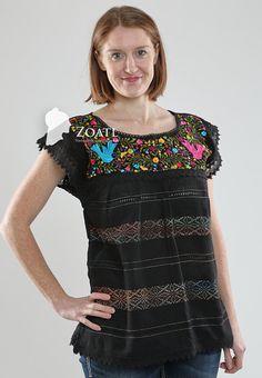 Blusa en manta con manga corta y bordado a mano en el cuello con diseños florales (los colores del bordado pueden variar).