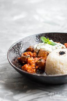 Auberginen-Curry (Baingan Masala) mit Gurken-Minz-Raita Ein köstliches, indisches Curry: butterweich gegarte Aubergine in einer würzigen Soße, kombiniert mit dem frischen Geschmack von Joghurt und Gurke. Chapati, Naan, Chana Masala, Herbs, Homemade, Chocolate, Cooking, Ethnic Recipes, Food