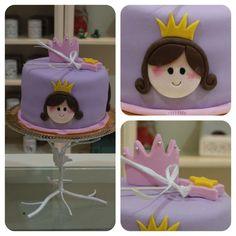 ¡Una tarta de princesa, decorada con fondant fue la elegida para la segunda tarta que elaboramos para la fiesta de cumpleaños en la que participaron los dulces de American Cupcakes!
