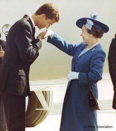 ¡Encantado! King Felipe VI - as Crown Prince @CasaReal - welcomes The Queen to Spain in 1988