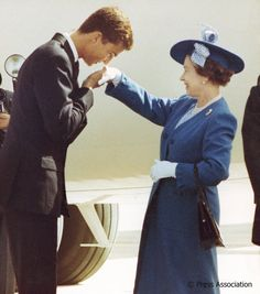 ¡Encantado! King Felipe VI - as Crown Prince @CasaReal - welcomes The Queen to Spain in 1988