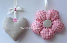 fiori di stoffa imbottiti per tende Flower Crafts, Fabric Flowers, Diy And Crafts, Sewing Patterns, Gadgets, Christmas Ornaments, Holiday Decor, Fun, Google