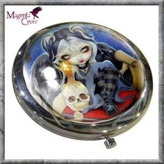 Sign Of Our Parting Gothic Emo Compact Mirror Jasmine Becket Griffith. A stunning and colourful compact mirror featuring the artwork of Gothic Fantasy artist Jasmine Becket Griffith. Quality print set on a chrome compact that opens to reveal the mirrors inside. A beautifully printed Gothic Fantasy compact mirror featuring the fantasy art of Jasmine Becket-Griffith and features a Gothic, Emo Rock Chick Angel sat on a red cushion with her black wings out stretched. She is sitting beside a…