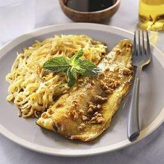 Pelez et émincez le gingembre. Dans un bol, mélangez le curcuma, l'huile, la sauce soja, le gingembre et le miel.Déposez les filets de truite dans un plat à four et arrosez avec le contenu du bol. Mélangez puis couvrez et laissez mariner 1 h au frais en retournant le poisson au bout de 30 minutes pour bien l'imprégner de marinade.Préchauffez le four à 165°C (th.5/6). Enfournez et laissez cuire ...