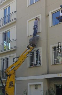 Epic Fails Where Safety is Not a Priority – BemeThat Construction Humor, Safety Pictures, Safety Fail, Darwin Awards, Safety Posters, Safety First, Workplace Safety, Stupid People, Health And Safety