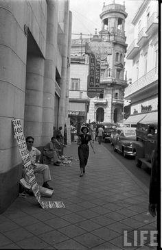 Calle Obispo en la Habana Vieja, a la izquierda la Moderna Poesia, al fondo El Floridita.