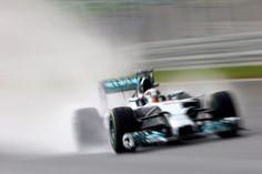 Qualifiche complicatissime, sotto una pioggia torrenziale. A uscire vincitrice da questa lotteria, comunque, è la Mercedes, che aveva già dominato il venerdì e la mattinata. Dietro il poleman Hamilton, un ritrovato Vettel, Rosberg e quindi l'ottimo Alonso, dato per spacciato in Q2 quando un contatto con Kvyat gli aveva fatto rompere un braccetto dello sterzo. Il lavoro straordinario della Ferrari si conferma con il sesto posto di Räikkönen, dopo l'altra Red Bull di Ricciardo…