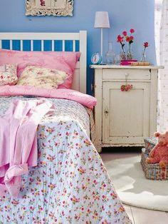 Azul e rosa. E um delicado quarto feminino.