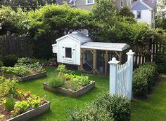 Симпатичный летний белый мини-курятник, который можно ставить и на заднем дворе и со стороны фасада дома