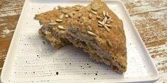 Det her brydebrød i bradepande smager skønt og har en herlig grov krumme samt et dejligt bid fra de forskellige kerner.