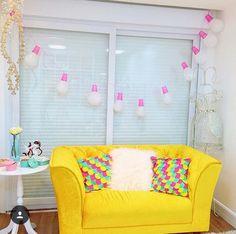 Uma parte do closet da blogueira Taciele Alcolea, com esse cordão lindo feito com balões e copos descartados. Um amor!