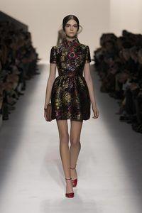 ヴァレンティノ プレタポルテ: 春夏 2012コレクションを見る、クチュールの魅力と雰囲気の賛美