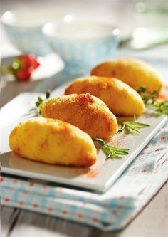 Croquetas de polloCalorías: 355 calorías por ración Raciones: Para 4 personas  Ingredientes  180 g de pechuga de pollo 100 g de requesón 700 g de patatas sal pimienta aceite de oliva 2 huevos 200 g de pan rallado unas hojitas de perejil