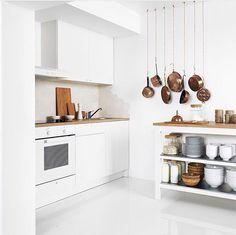 une cuisine complte qui offre le choix entre plusieurs lments prcombins toute blanche lexception de son joli plan de travail effet bois