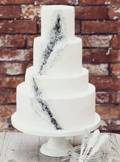 Geode wedding cakes are blowing our minds