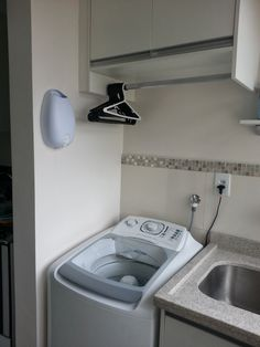 Lavanderia com aéreo e cabides Laundry Decor, Laundry Room Storage, Laundry Room Design, Storage Room, Hidden Laundry, Small Laundry Rooms, Interior Design Living Room, Living Room Designs, Smelly Laundry