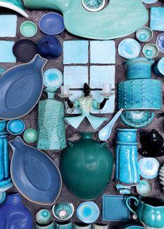 Un mur habillé de vaisselles bleues