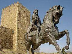 Castelo de Mértola: Portugal: estátua eqüestre de Ibn Qasi; ao fundo, a Torre de Menagem.