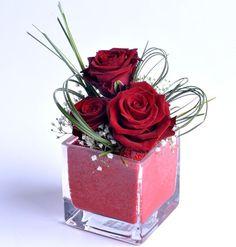 Una piccola composizione floreale è perfetta per un regalo o per rendere speciale la tavola di San Valentino #love #sanvalentino #valentine #valentines #flowers #gift #ideas #red #roses #arrangements