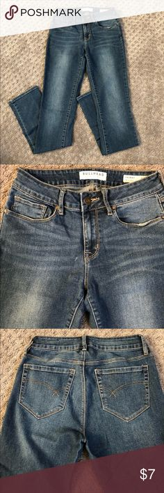 Bullhead Skinny Jeans Medium Wash EXCELLENT CONDITION Bullhead Skinny Jeans in a medium wash. Size 5, and fit true to size! These will match everything in your wardrobe! Soft material, yet form fitting to accent your curves. Bullhead Jeans Skinny