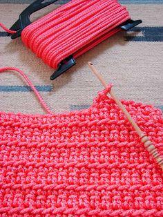 Teppich häkeln - crochet rug - TAPETE DE CROCHE Fußmatte ... Wichtig: die Wäscheleine sollte ohne Drahtkern sein, sonst läßt sie sich nicht verarbeiten..hab es versucht. Alternative... Paketschnur