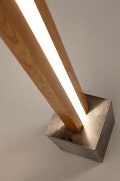 Lampadaire en bois Led design avec socle en pierre patiné main façon béton brut.