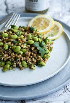 Edamamebønne-salat med pesto og hvedekerner. Skøn vegetarisk salat med edamamebønner, pesto og hvedekerner.