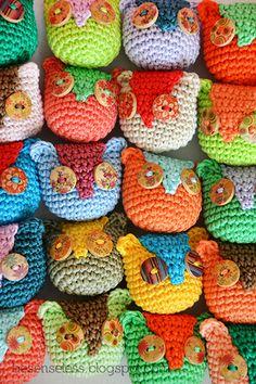 Airali design. Where is the Wonderland? Crochet, knit and amigurumi.: Gufi, bottoni e colori