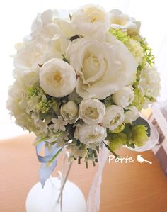白バラとプルメリアのクラッチブーケ ウェディングブーケ・花冠・通販専門店「ぽると」
