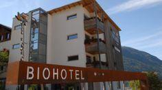 Biohotel Panorama Das familiengeführte bioHotel Panorama befindet sich in Mals im sonnigen #Vinschgau.100%ige #Bioqualität finden Sie nicht nur bei den Speisen und Getränken, sondern auch in der ökologischen Bauweise der #Ökozimmer, welche in #Holzständerbauweise gebaut und mit naturbelassenen Möbeln ausgestattet sind. Das Hotel verfügt über einen kleinen aber feinen #Wellnessbereich Acquaviva mit Finnischer Sauna, Dampfbad, Kneipp- und Tauchbecken und einen Ruheraum.